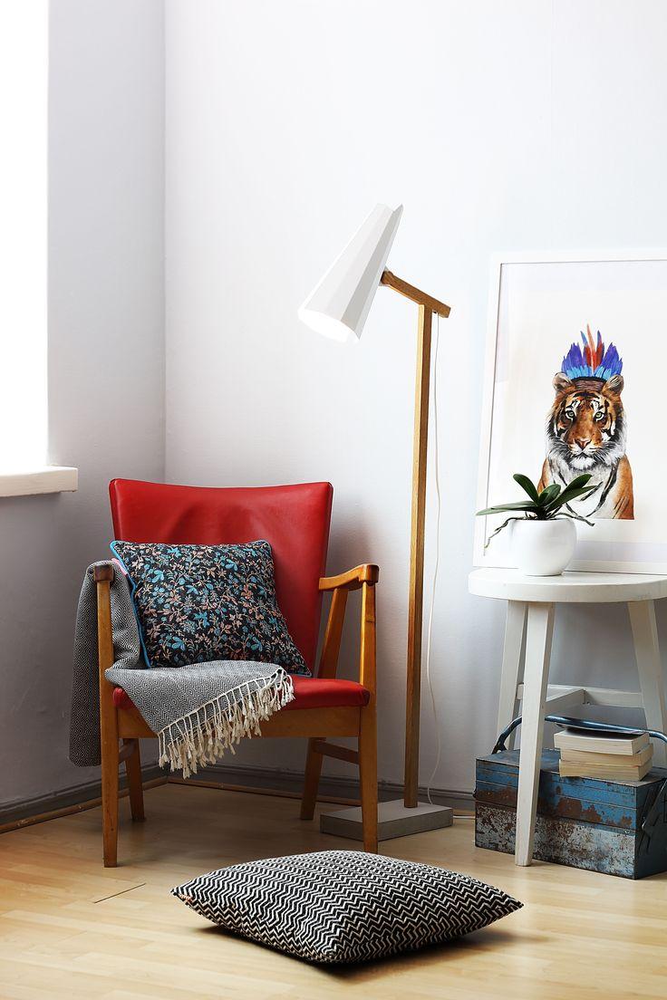 HIMMEE - Timo Niskasen Filly SN jalkavalaisimessa on alumiininen varjostin, massiivitammesta valmistettu varsi ja betonista valettu jalkaosa. Varjostimen mielenkiintoinen origamimainen muoto syntyy alumiinista taivuttamalla. #habitare2014 #design #sisustus #messut #helsinki #messukeskus
