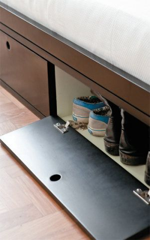 11. Duas sapateiras embutidas na base da cama ajudam a aproveitar cada centímetro disponível no quarto. Seus casulos têm 70 x 35 cm, altura de 28 cm, e dispõem de uma porta que abre para baixo.