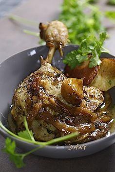 Préparation : 20 min Cuisson : 3 h Pour 4 personnes : -4 cuisses de canard -8 échalotes -4 gousses d'ail -2 oignons -40 cl de bouillon de volaille -3 cuillères à soupe de miel -1 cuillère à soupe de crème de balsamique -2 cuillères à soupe d'huile d'olive...