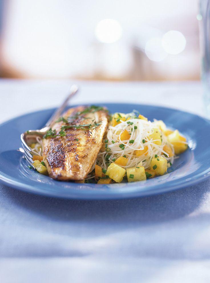 Recette de Ricardo de tilapia grillé sur vermicelle à la salsa d'ananas.  Cette recette de tilapia à la salsa d'ananas est un excellent repas santé pour les grandes occasions.