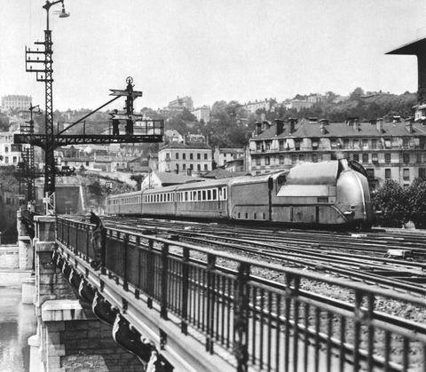 Figure 1. Le train aérodynamique du PLM entrant en gare de Lyon-Perrache, s.d.