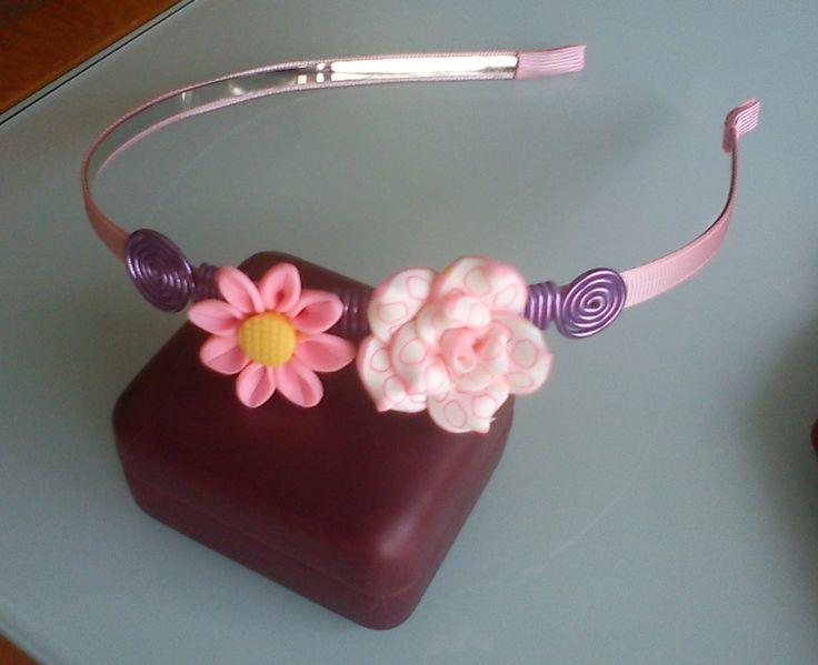 Diadema rosa con flores de fimo y alambre: 4€ :: Bisutería Creativa Sindy