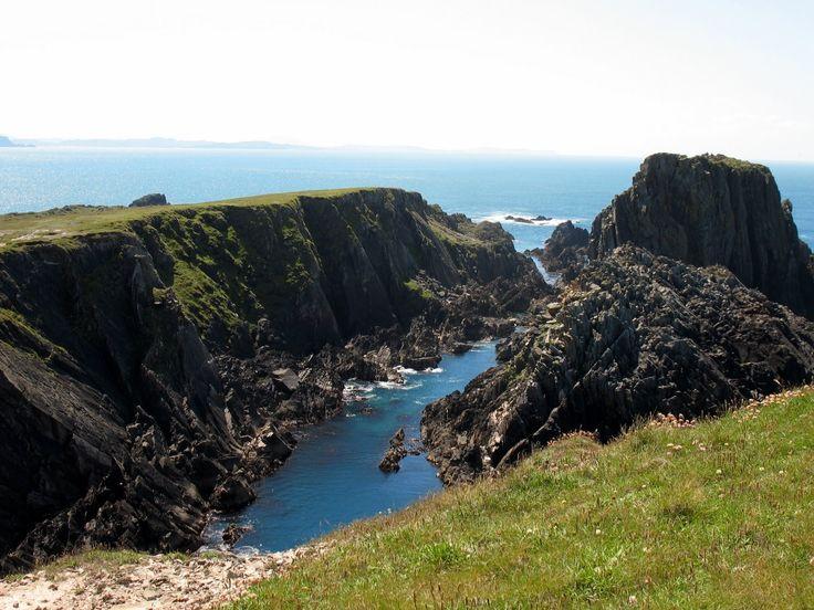 Ierland is een land met veel verschillende gezichten. Het glooiende binnenland, het vlakke land rond de Shannon, het grijze landschap van The Burren en de woeste kliffen aan de westkust, vormen sam…