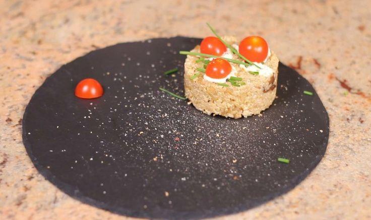 Experimenta en la cocina con este falso risotto de quinoa  Los ingredientes que necesitas para preparar el falso risotto son:  - Quinoa - Agua - Aceite de oliva - Cebolla - Sal - Setas - Salsa de soja - Ajonesa Choví - Pimienta - Cebollino - Tomates cherry