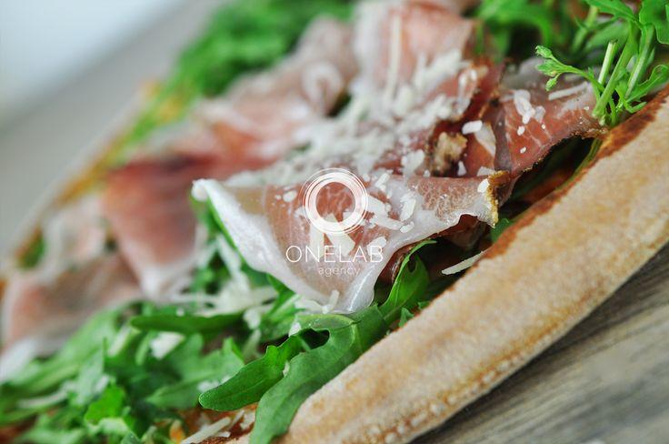 Pizza Cotta su Forno a legna; ingredienti, impasto, rucola, pancetta.
