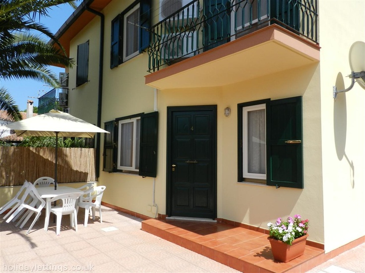 Sardinia - No Pool but 6 bedroom villa in Pula Sardinia to rent from £900 pw. With balcony/terrace, air con, TV and DVD.
