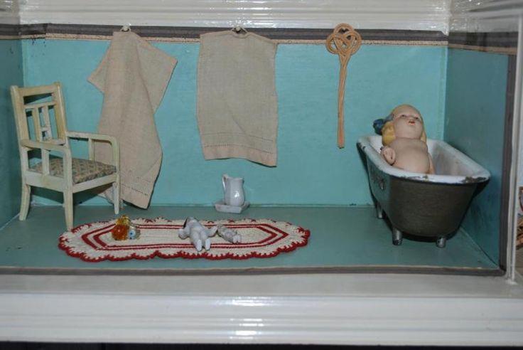Hallo, aus unserer Sammlungsauflösung geben wir diese sechs Badezimmer abSie sind zwischen 50 und 100 Jahren alt und von Bastlerzustand bis perfekt.Einfach bei Interesse anfragen, oder alle kaufen zum GesamtpreisVerschicken kann ich mit DHL für 4,99 Euro pro Sendung