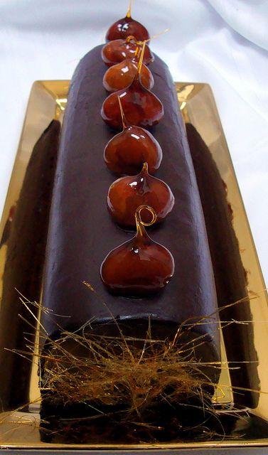 ** Čokoládová roláda zdobená karamelem **