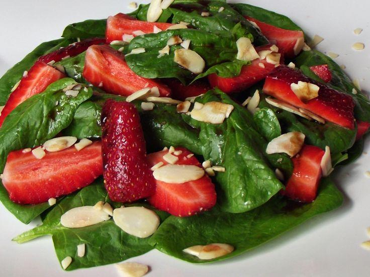 CAIETUL CU RETETE: Salata de spanac cu capsuni si migdale