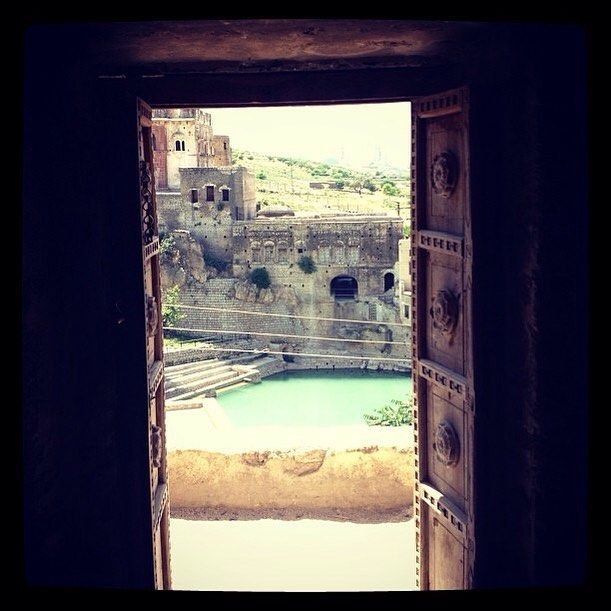 #katasraj in Punjab in Pakistan a Hindu temple next to Buddhist shrines and well kept by Muslims. This is a great example of religious empathy and #respect 🌍❤️beautiful and peaceful. This is my #christmas wish this year and more peace, please. . #amnioticotravelguide #world #instagram #instatravel #instaphoto #instadaily #picoftheday #instaframe #travel #travelblogger #travelblog #traveller #instagood #instawow #empathy #religion #katasrajtemple #pakistan #punjabi #jungalowstyle
