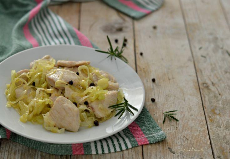 Il pollo al pepe nero e porro è semplicissimo da preparare, veloce ma tanto, tanto gustoso. Pochi e semplici ingredienti per un risultato da 10 e lode.