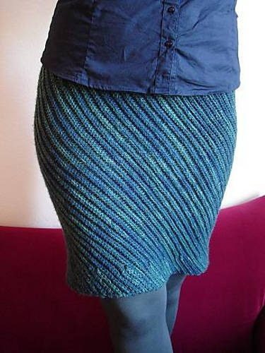 The free crochet pattern for this Slanted Skirt by Tanja Osswald can be worked in a variety of different stitches; the one shown here was worked in BLO slip stitch crochet.