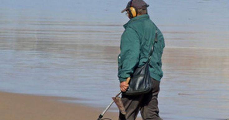 Como construir um detector de metal eficiente. Um detector de metal pode ser utilizado para encontrar materiais feitos de metal enterrados ou escondidos. Pode ser utilizado também para encontrar objetos valiosos na praia e na segurança interna, localizando armas. Construa seu próprio detector de metais utilizando alguns objetos da sua casa.