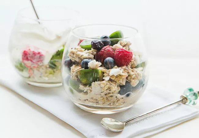 Breakfast oats with berries - IMAGE - sugar free meal plan - Women's Health & Fitness