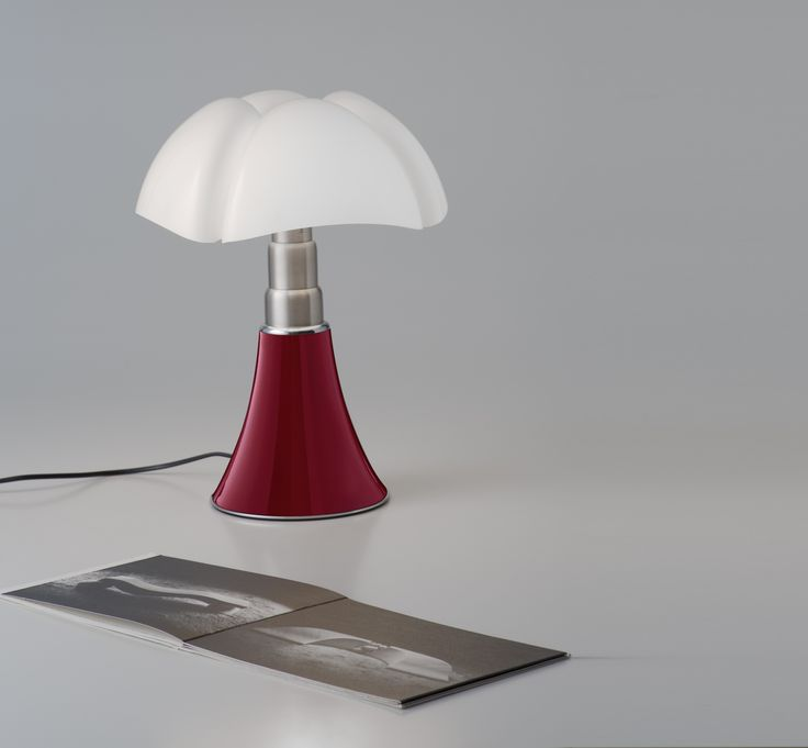 Une version mini de la célèbre lampe Pipistrello de Martinelli Luce, designée par Gae Aulenti en 1965.Cette lampe à poser design est la version LED rouge...