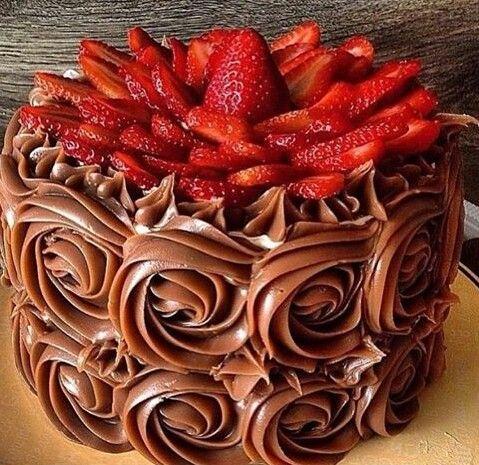 Torta con arequipe y fresa.