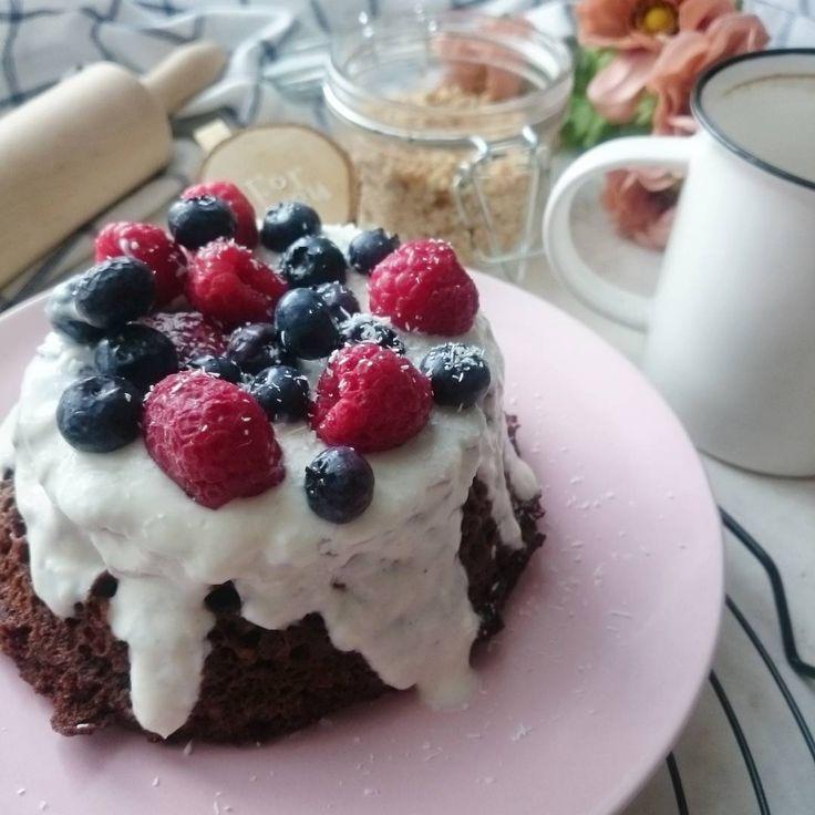 Masz tylko kilka minut, a chcesz zjeść coś słodkiego bez cukru? Oto przepis na mega szybki i prosty przepis na fit ciasto z mikrofalówki! Spróbuj!