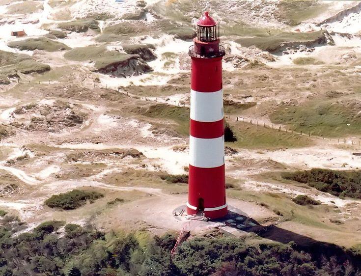 Leuchtturm auf Amrum. Seefeuer, 1874 erbaut. Roter Turm mit zwei weißen Bändern, roter Laterne und rotem Dach, im Südteil der Insel Amrum. Breite: 54° 38' N Länge: 008° 21' E. Höhe 41 m. Feuerhöhe 63 m.