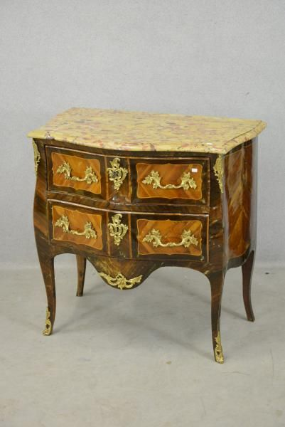 4fa8ee2381e7e0 Commode Louis XV marquetée en placage de palissandre et bois de rose,  rehaussée de