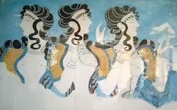 Las mujeres llevaban collares finos y largos, que podian dar hasta 3 vueltas el cuello, anillos, pendientes de oro y colgantes.  tanto los hombres como las mujeres  se banaban a diario y aplicaban aceites en el cuerpo para mantener la piel tersa. los hombres se afeitaban, habian varios vinculos y utensilios eran similares a los de los egipcios. las mujeres llevaban el cabello con una cola baja con grandes ondulaciones y trenzas o bien con un mechon sencillo que se rizaba.