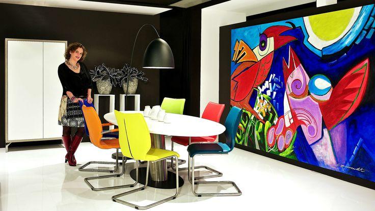 Natuurlijk kunt u ook voor kleur kiezen, deze moderne ovale tafel in praktisch formica gecombineerd met lekker fris gekleurde eetkamerstoelen in leer, geven een boost aan uw interieur. Praktisch en mooi kunnen, zoals u ziet heel goed.