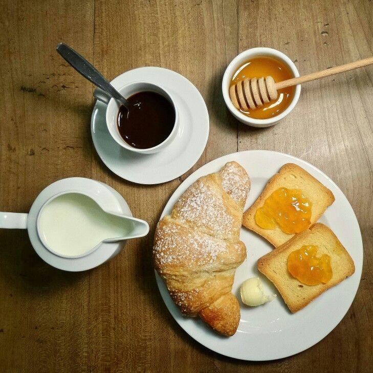 Brioche, fette biscottate e marmellata, caffè, latte e molto altro. Photo @IlariaCeriani
