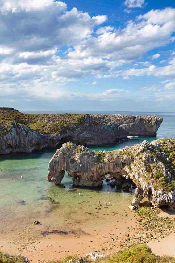 Playa de Cuevas (LLanes)  Su nombre hace alusión a las oquedades características de estos paraje. Próxima al núcleo de Nueva (Llanes) es una playa de gran Belleza, donde tiene lugar la desembocadura del río de su mismo nombre.