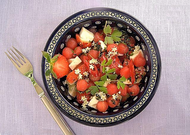 szczypta smaQ: Wiosenna sałatka z arbuza i truskawek w stylu azja...