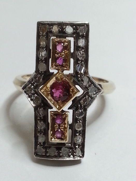 Online veilinghuis Catawiki: Antieke ring met roosgeslepen diamanten van 0,52 ct (kleur H, zuiverheid VS1) en rondgeslepen robijnen van 0,3 ct (lichtrode kleur en helderheid VVS2).