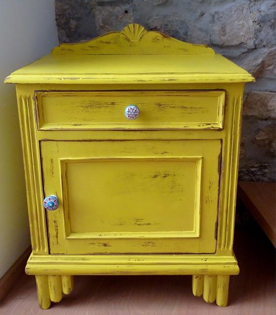 Mesa de castaño decorada en amarillo