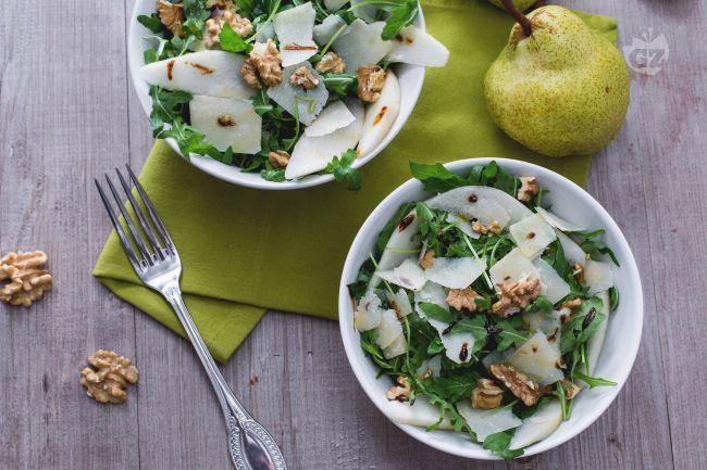 L'insalata di rucola, pere, grana e noci