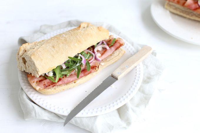 Op zoek naar een lekker broodje voor de lunch? Wat dacht je van broodje beenham met een zelfgemaakte honing-mosterd dressing?