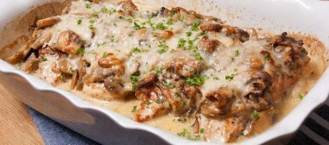 Malse kipfilets omwikkeld met spek, overgoten met romige champignonsaus en gegratineerd met kaas in de oven.Comfort foodop zijn best!