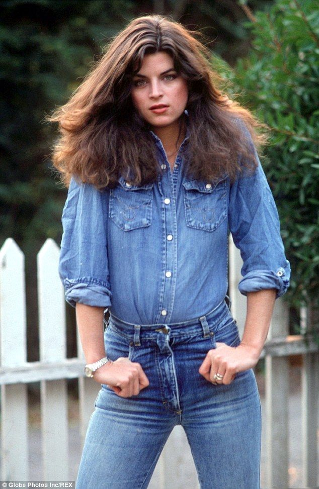 uma jovem e magra Kirstie Alley como modelo em 1991 / Natural beauty: In a 1991 modeling shot, Kirstie Alley displayed her slim physique in a double d...