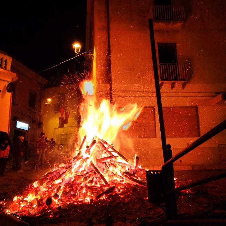 Il fuoco di Sant'Antonio è una tradizione di #Rotondella che viene tramandata da secoli. www.ilpago.eu