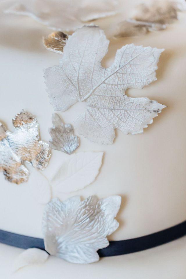elegante hochzeitstorte blätter details suess-und-salzig schloss hohenheim speisemeisterei.edel