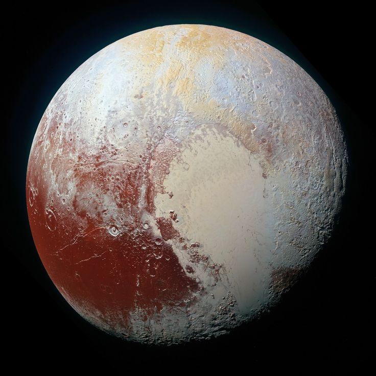 Voici la version officielle, et aux couleurs accentuées, de la mosaïque de Pluton la plus résolue à ce jour. Les images ont été prises par la sonde américaine New Horizons, le 14 juillet 2015, à 170 000 km de distance environ. Les plus petits détails visibles mesurent près de 1 000 m. Le diamètre équatorial de la planète naine Pluton est de 2 372 km