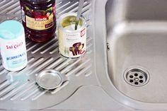 Os enseñamos cómo desatascar el fregadero rápidamente con un truco para el que usamos productos caseros, naturales y baratísimos.