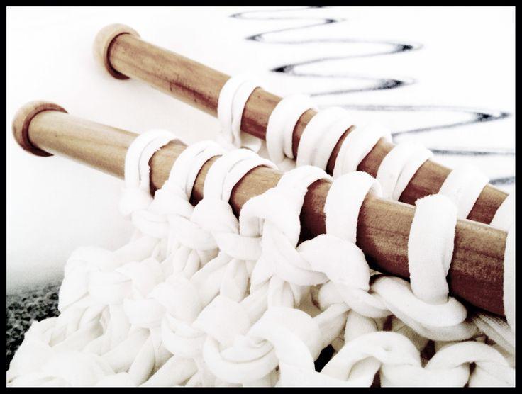 """Skidåkning V.S stickning.  """"Sköna Svängar"""" blir det av båda, fast Fröken Snö tar ut svängarna större på skidor. = 1-0 efter halvtid till skidåkningen. Fast båda passar på kuddar förstås. = 1-1 och där slutar matchen. ;-)"""