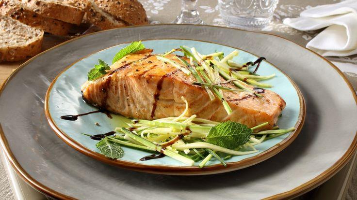 SCALOPPA DI SALMONE CON JULIENNE DI ZUCCHINE Fai marinare la scaloppa di salmone con il succo del limone e poco olio per alcuni minuti. Nel frattempo taglia a julienne le zucchine e condiscile con una emulsione di olio, sale e pepe. Scot