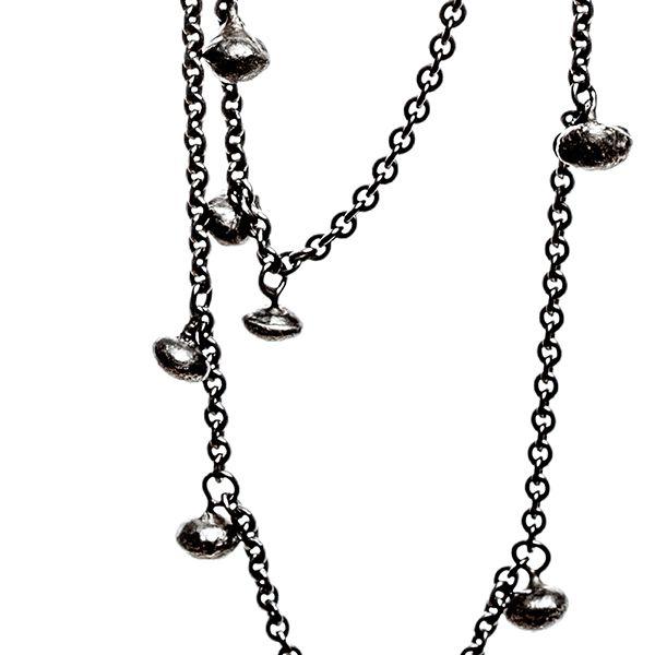 Zilveren ketting van 1 meter lengte en 20 zaadjes onregelmatig verdeeld. Het zilver is  kunstmatig zwart gemaakt om het effect van zwarte parels te bereiken. Deze fraaie ketting is door de uitgesproken lengte enkel (50 cm) en ook makkelijk dubbel (kort) te dragen zonder een hinderlijk slot, from the jewellery label JUWEELTJES
