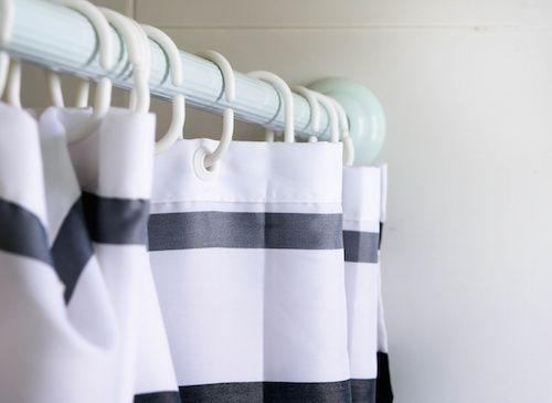 Un rideau de douche doit toujours être impeccable. Un rideau moisi et sale ne donne qu'une seule envie : aller se laver ailleurs. Pour venir à bout des taches et moisissures, voici deux astuces de grands-mères.