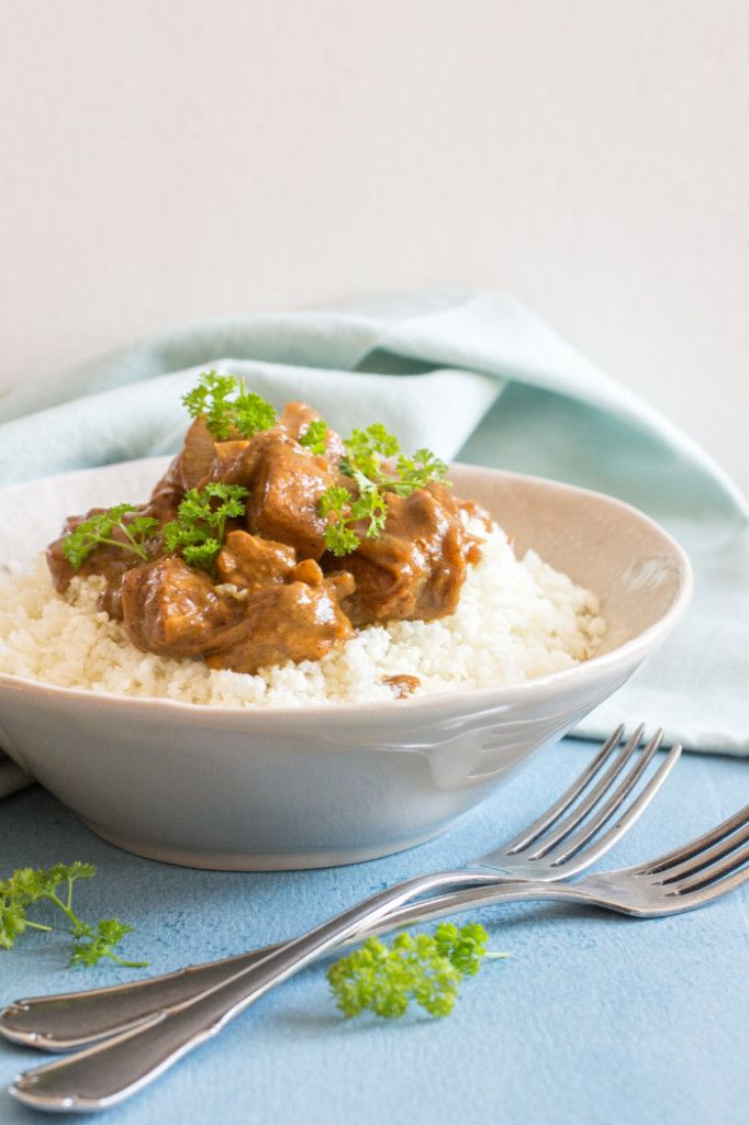 Kalkoencurry- Een van mijn meest voorkomende vakantiesouvenirs? Kruiden natuurlijk! In het buitenland hebben ze weer heel mooie andere mengsels, heerlijk. Terug thuis zoek ik dan wel een manier om er een lekker gerecht mee te maken. Ideaal om die o zo fijne vakantiesfeer weer een beetje terug in huis te halen. Je raadt het al, ik heb een beetje een kruiden-tic. Bij het maken van deze curry heb ik me dan ook lekker uit kunnen leven!