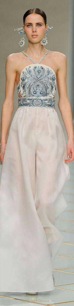 Guo Pei ofrece una silueta de pantalón Oxford en perfecto conjunto con un  top completamente bordado en pedrería color plata. Escote delicioso y  accesorios ... 50b57d918106