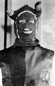 「バルド・ノバーズBald Knobbers」は1883〜1889年にミズーリ州南西部のオザーク地方に存在した自警団である。トーニー郡Taney Countyを起源とするこの一団は特徴的な角付きのフードを着用していた事でその後近隣地域で急速に増加した同種のグループとは区別される。