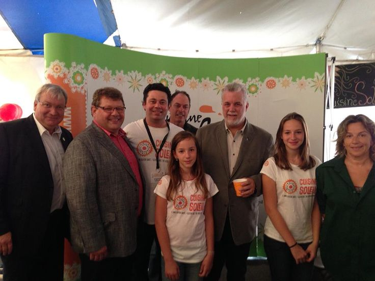 L'Équipe de Cuisine Soleil avec le premier ministre Philippe Couillard et deux députés de l'Abitibi-Témiscamingue