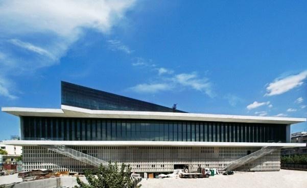 Nowy gmach Muzeum na Akropolu został zaprojektowany przez szwajcarskiego architekta Bernarda Tschumi. Budynek ma dwie warstwy: pierwsza z nich prowadzi do wykopalisk zaś druga mieści galerie, w których znajdą się wszystkie rzeźby i dzieła sztuki, będące w posiadaniu muzeum. Najwyższe, przeszklone pomieszczenie jest kwintesencją związku nowego obiektu z Partenonem. Więcej na: http://sztuka-architektury.pl/index.php?ID_PAGE=14621