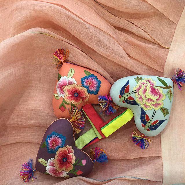 딸아이 연주회용으로 만든 한산모시 드레스 위에 이쁜 노리개를 올려놓아 보았다~ 너무 이쁘이쁘 너무 잘 어울려~~~ 선생님한테 내꺼도 구해달라고 말씀드려봐야지.. #바느질풍경 #김복희 #노리개#티스베한복#한복 @sewing_landscape