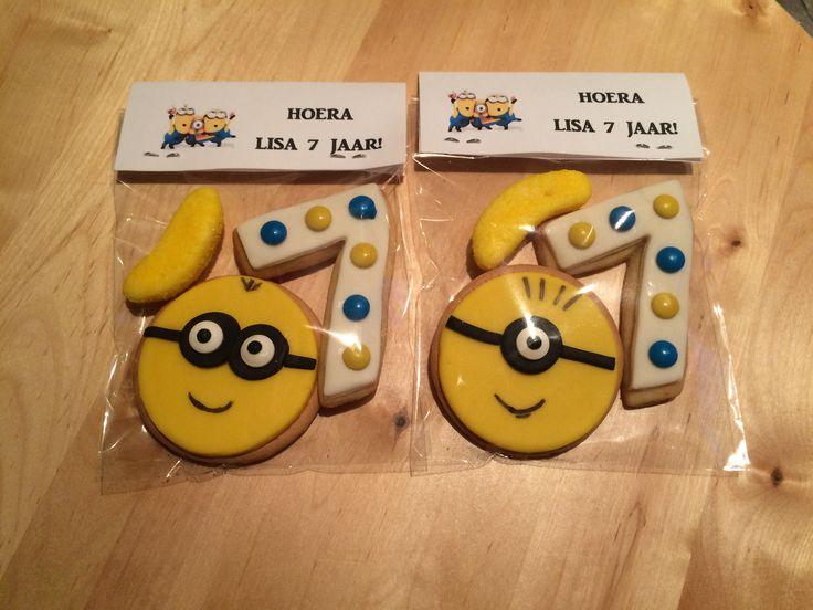 MInion koekjes, leuke traktatie om uit te delen op school. Zelf koekjes gebakken met de nummer 7, snoepbanaantje erbij. Alles in een zakje, kaartje erop nieten en klaar!