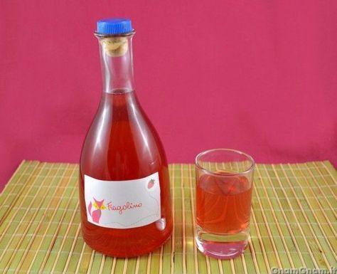 [introduzione] Il fragolino è un liquore fatto in casa che si prepara mettendo in infusione le fragoline di bosco nell'alcol, al quale si aggiunge in seguito uno sciroppo di zucchero. Non essendo gran